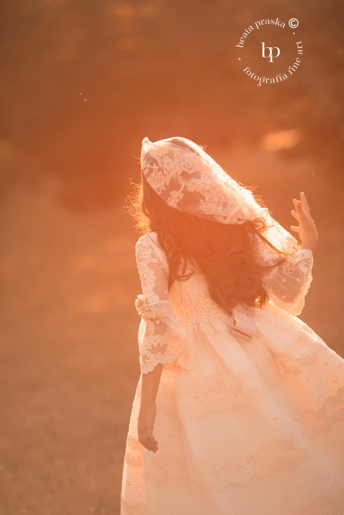 una niña en traje de comuniones fotografiada en exteriores por Beata Praska en Madrid