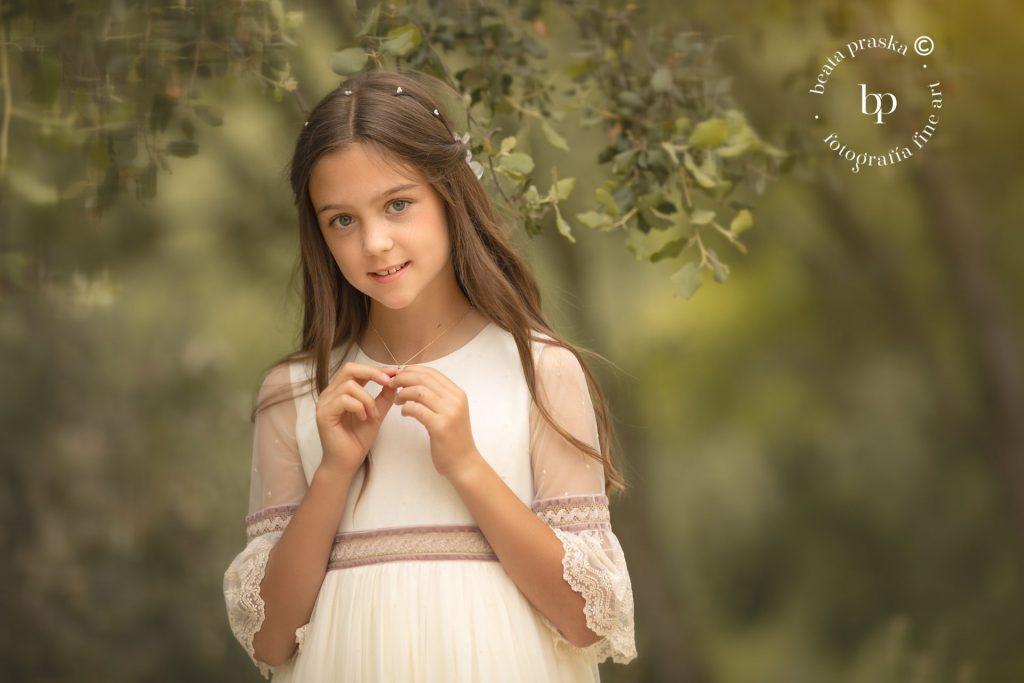 ninia en vestido blanco de primera comunión en reportaje fotografico en exteriores de Madrid