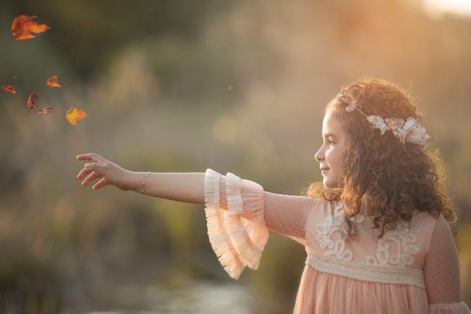 niña en su traje de primera comunión fotografiada en exteriores por Beata Praska Fotografia