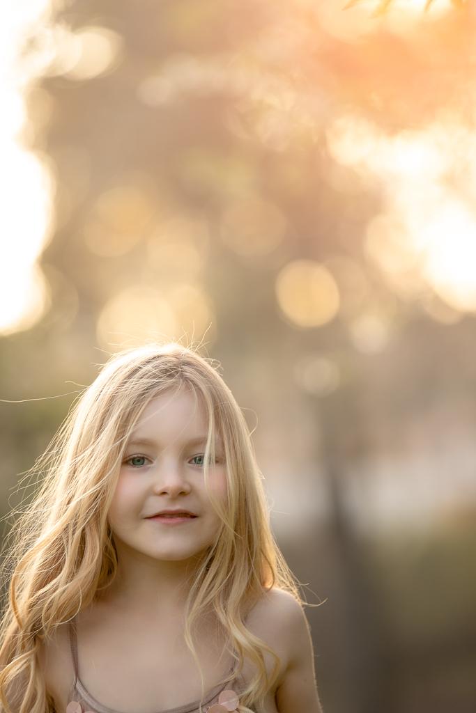 una foto de ninia rubia en exteriores contra luz
