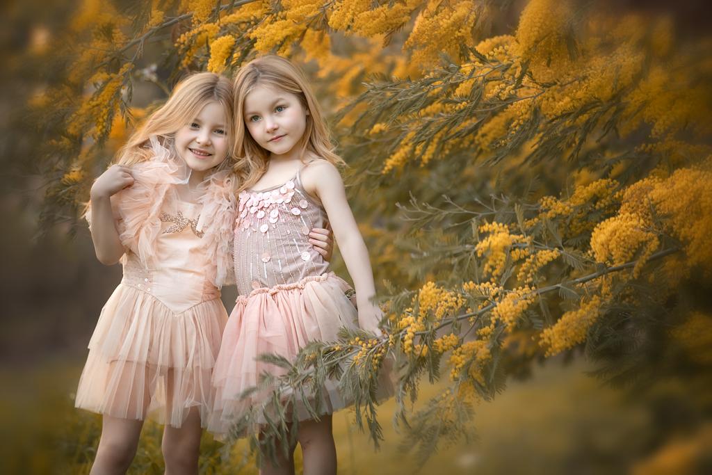foto de hermanas rubias en vestidos de tulle con mimosas
