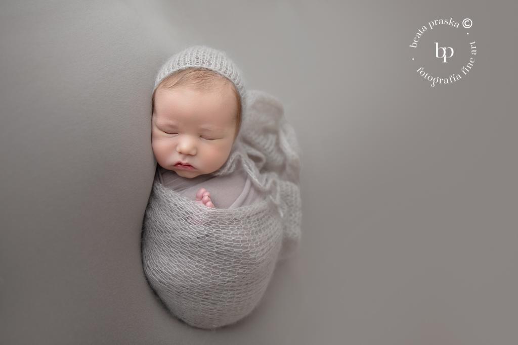 bebe varon recien nacido en su reportaje fotografico newborn en Madrid